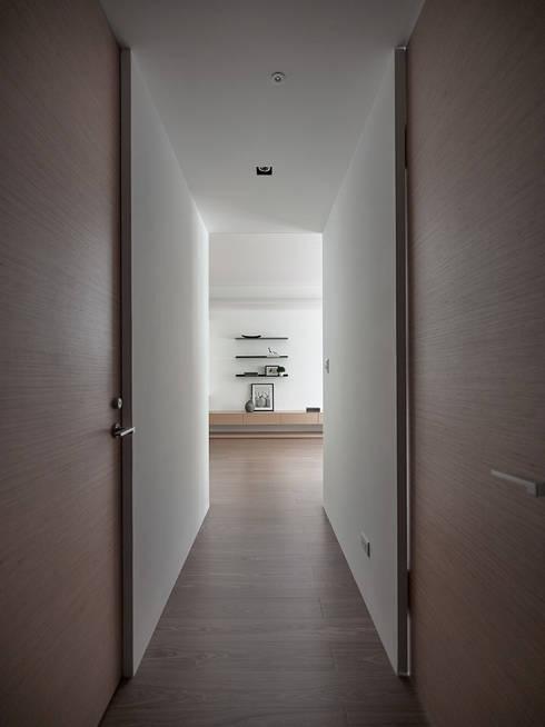 C宅_白。純:  走廊 & 玄關 by 沐禾設計事務所