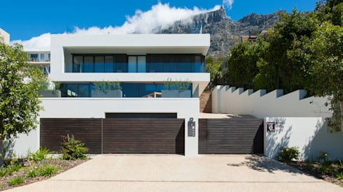 street facade of the bottom section - the main house is not visible from the street : modern Houses by sisco architects
