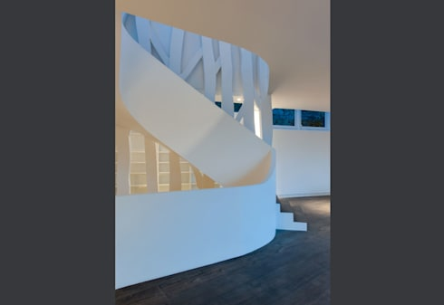"""feature staircase connection 3 storeys with balustrade as """"ribbon"""":  Corridor & hallway by sisco architects"""