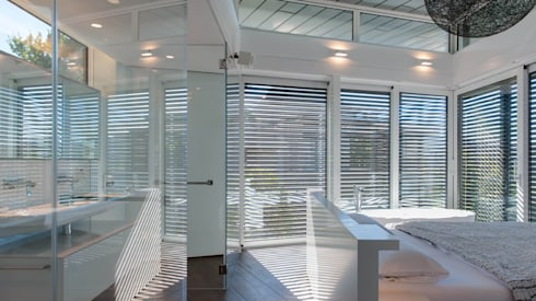 open plan bedroom and bathroom suite with floating roof: modern Bathroom by sisco architects