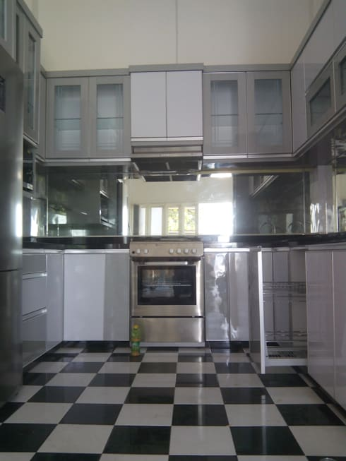 Kitchen Set Perumahan Villa Puncak Tidar Malang:  Kitchen by  the OWL