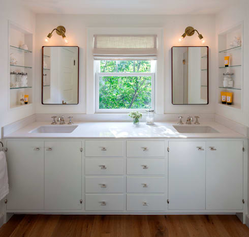 Shelter Island Country Home: industrial Bathroom by andretchelistcheffarchitects