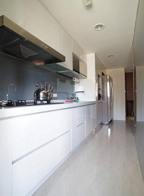 全室案例-新北市黃宅:  系統廚具 by ISQ 質の木系統家具
