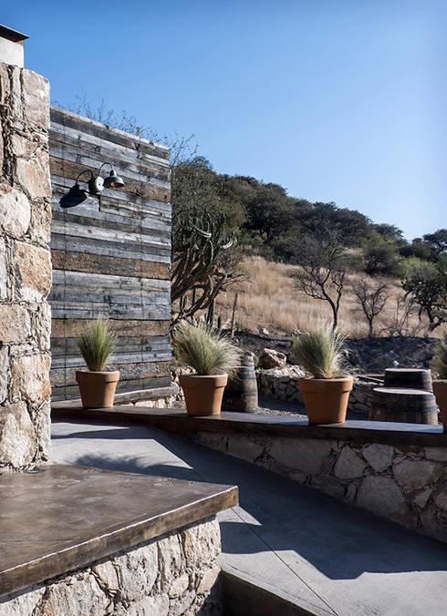 Restorán en Puerta del Lobo: Jardines de piedra de estilo  por Hábitas