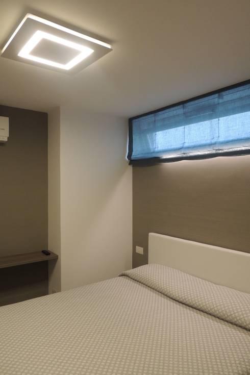 camera ospiti: Camera da letto in stile  di Nadia Moretti