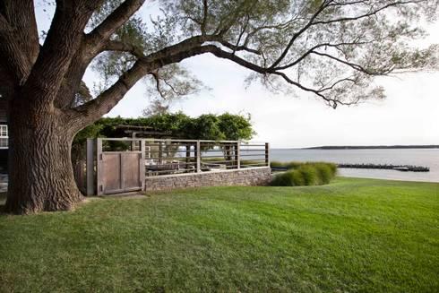 Shelter Island Pool & Terrace:  Patios & Decks by andretchelistcheffarchitects