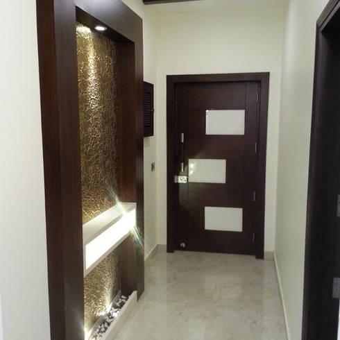 Silver Oaks Gurgaon:  Corridor & hallway by Radian Design & Contracts