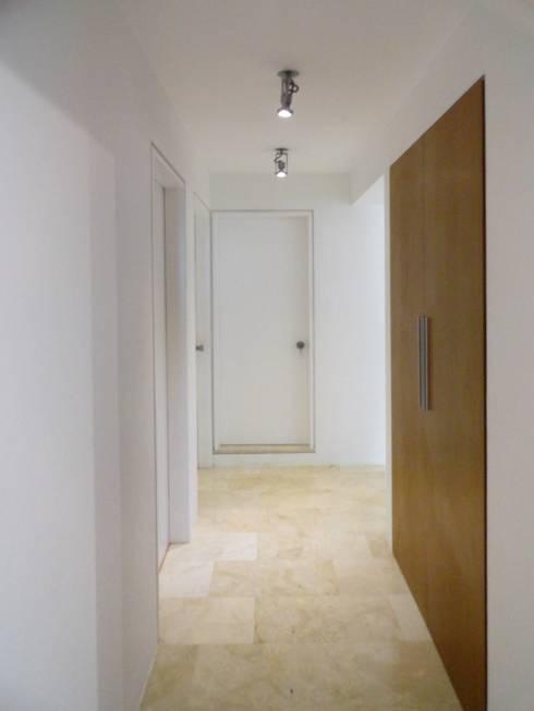 Cumbres de Curumo: Pasillos y vestíbulos de estilo  por RRA Arquitectura