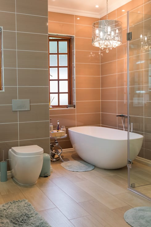 Contemporary meets African accents :  Bathroom by Indoni Interiors