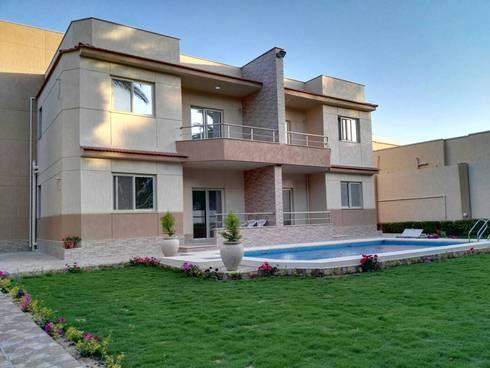 شاليهين توأم مع حديقة و حمام سباحة:  بركة مائية تنفيذ New Home Architecture