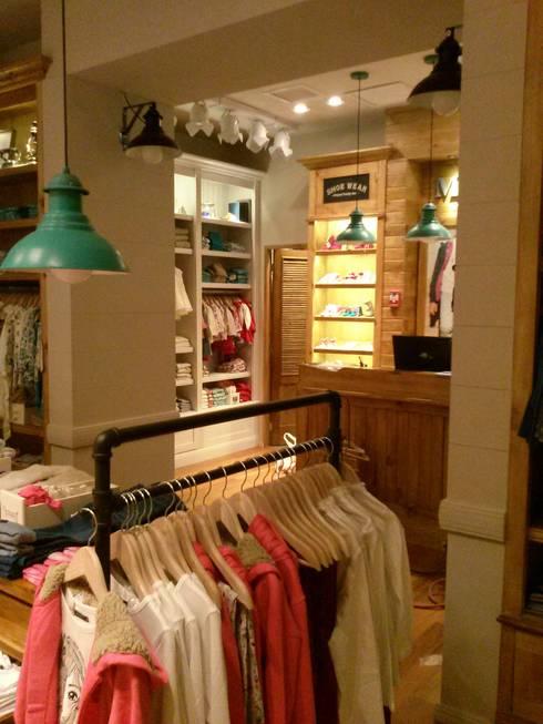 Tienda de Ropa para Niños: Tiendas y espacios comerciales de estilo  por J.H. Novoart E.I.R.L.