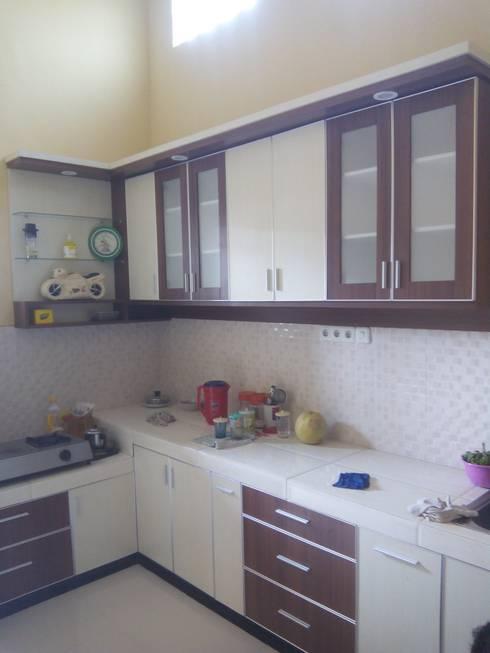 Kitchen Set Mas Endro Jl Ki Ageng Gribig Malang:  Kitchen by  the OWL