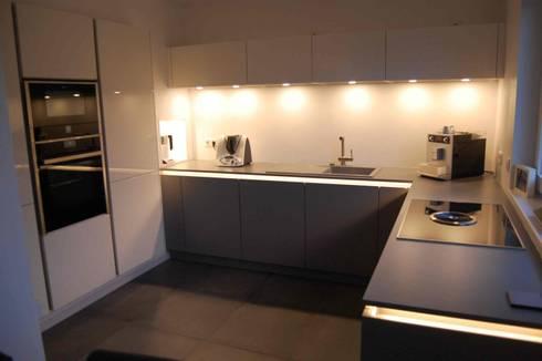 Küchenzeile Mit Beleuchtung: Moderne Küche Von Haeku Innenausbau GmbH,  Küchenstudio U0026 Tischlerei