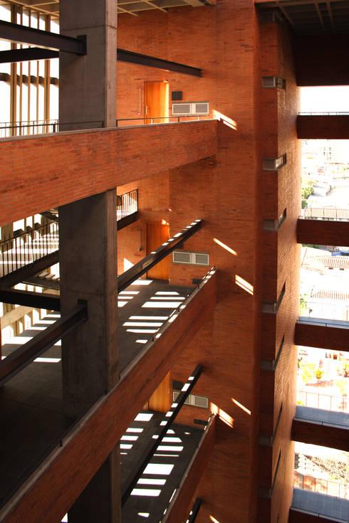 Astorga Loft: Pasillos y vestíbulos de estilo  por ARQUITECTOS URBANISTAS A+U