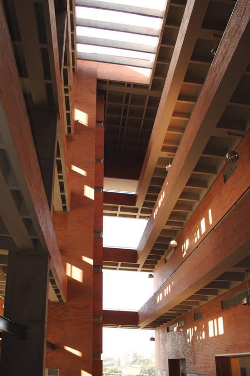 Astorga Loft: Paredes de estilo  por ARQUITECTOS URBANISTAS A+U