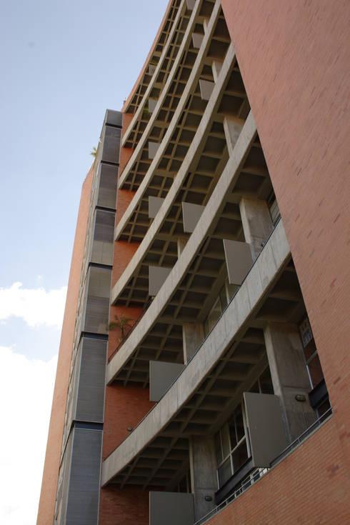 Astorga Loft: Casas de estilo moderno por ARQUITECTOS URBANISTAS A+U
