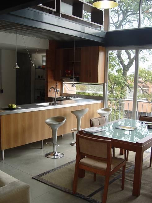 Astorga Loft: Salas de estilo moderno por ARQUITECTOS URBANISTAS A+U