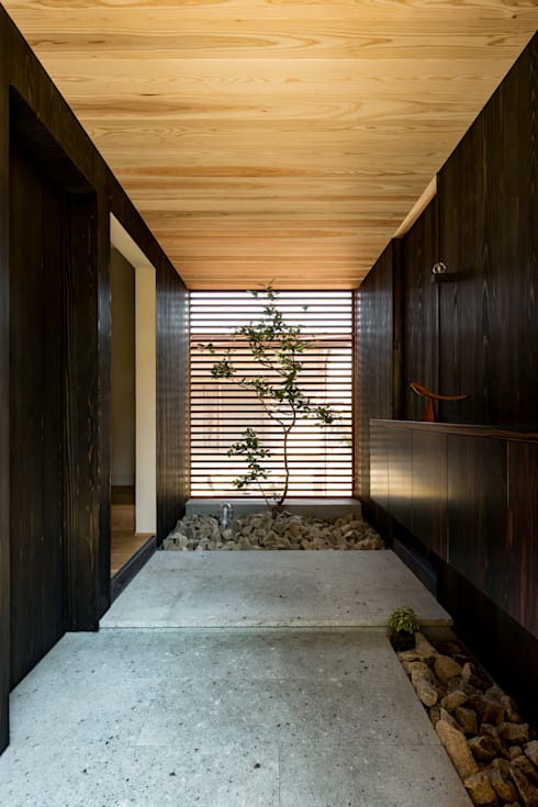 Corridor and hallway by HEARTH ARCHITECTS/ハース建築設計事務所