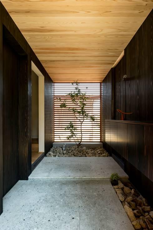 Corridor & hallway by HEARTH ARCHITECTS/ハース建築設計事務所