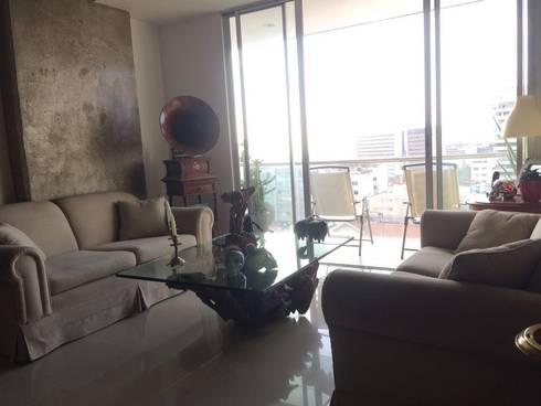 Sala y terraza con hermosa vista a la ciudad de Cali.: Salas de estilo moderno por CH Proyectos Inmobiliarios