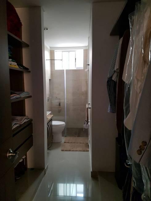 Vestier y baño de la habitación principal.: Baños de estilo moderno por CH Proyectos Inmobiliarios