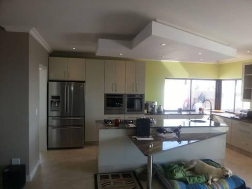 Honeydew: modern Kitchen by A Fox Construction SA Pty Ltd