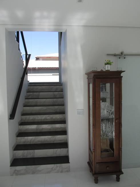 Pasillos y recibidores de estilo  por João Paulo Gomes Arquitetura
