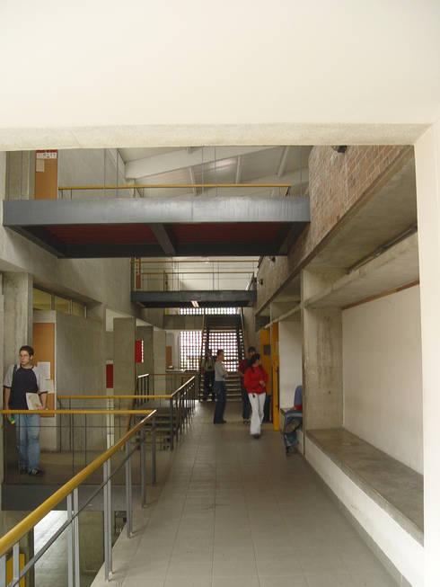 Facultad Arquitectura UPB: Estudios y despachos de estilo moderno por ARQUITECTOS URBANISTAS A+U