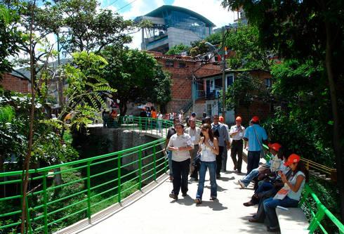 Intervención Urbano Integral Comuna Nororiental Medellin: Jardines de estilo moderno por ARQUITECTOS URBANISTAS A+U