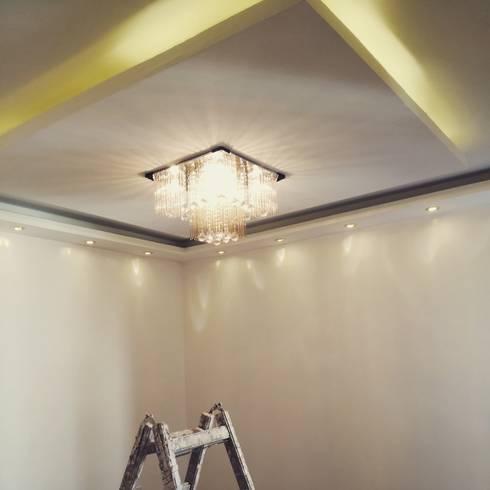 Mr. Taha's Apartment:  غرفة المعيشة تنفيذ Etihad Constructio & Decor