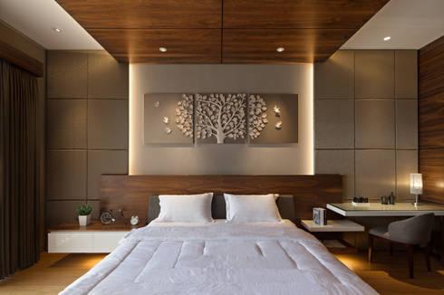 Master Bedroom:  Kamar Tidur by INERRE Interior