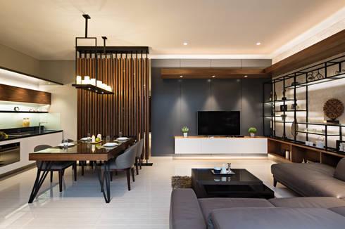 Living Room & Dining Room:  Ruang Keluarga by INERRE Interior
