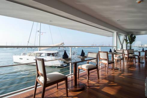 Vista desde el restaurante / Restaurant view : Yates y jets de estilo moderno por Lores STUDIO. arquitectos