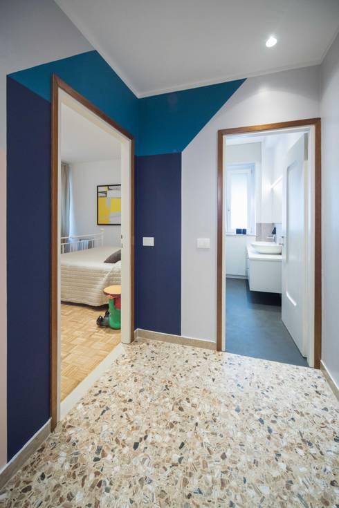 Incrocio di colori: Ingresso & Corridoio in stile  di PADIGLIONE B