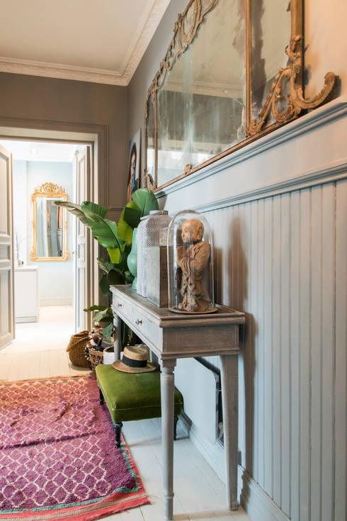 De hal is geschilderd met Classico krijtverf in de kleur Oyster Grey:  Gang en hal door Pure & Original
