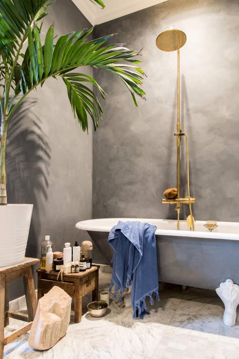 De badkamer is geschilderd met Fresco kalkverf in de kleur Oxford Blue:  Badkamer door Pure & Original