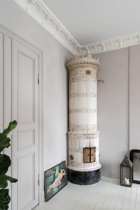 Wanden met Fresco kalkverf, de deur is geschilderd met Traditional Paint lak op waterbasis, beide in de kleur Old Flax: moderne Eetkamer door Pure & Original