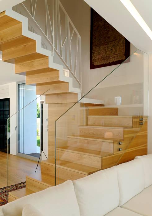 Ruang Keluarga by Studio di Architettura e Ingegneria Santi