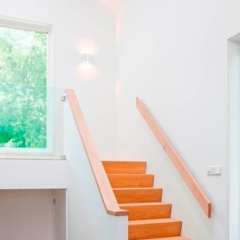 Trappenhuis von archstudio architecten villa 39 s en interieur homify - Moderne entreehal ...