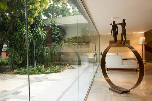 CASA MF: Jardines en la fachada de estilo  por Complementos C.A.