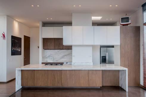 KITCHEN: Cocinas integrales de estilo  por Martínez Arquitectura
