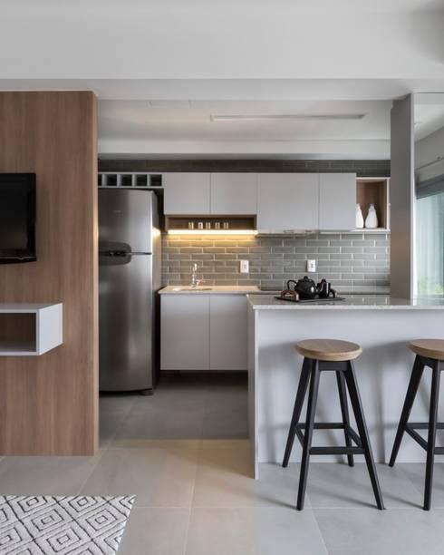 Apartamento Trend 24: Armários e bancadas de cozinha  por Studio Cinque
