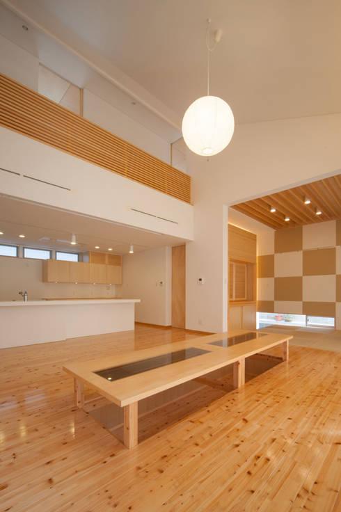 I邸: アイ・エイチ・エー設計が手掛けたリビングです。