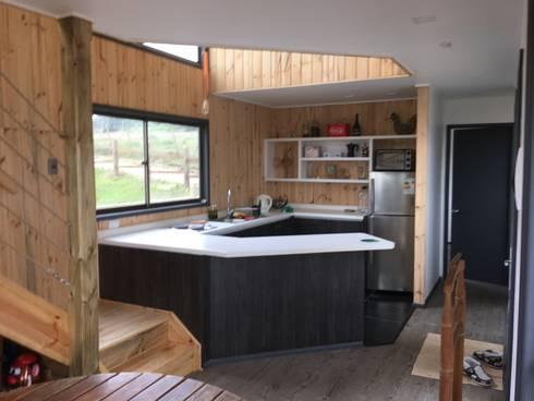 Cabaña Catrianca, Pichilemu: Cocinas de estilo moderno por EstradaMassera Arquitectura