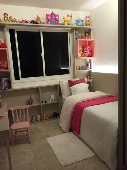 Quarto da menina: Quarto infantil  por branco arquitetura