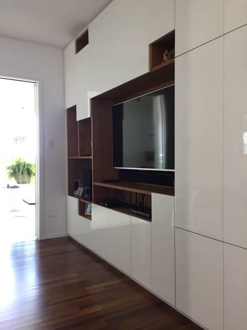 Home: Salas multimídia modernas por branco arquitetura