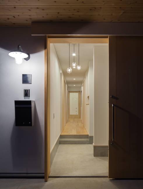 さんかく屋根の家: 株式会社 井川建築設計事務所が手掛けた廊下 & 玄関です。