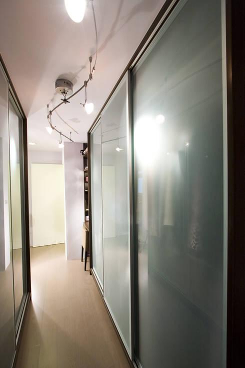 更衣室:  臥室 by Hi+Design/Interior.Architecture. 寰邑空間設計