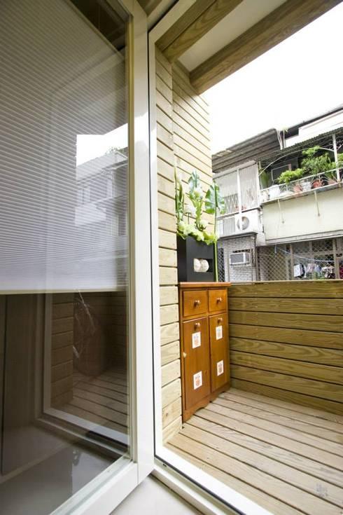 前陽台:  露臺 by Hi+Design/Interior.Architecture. 寰邑空間設計
