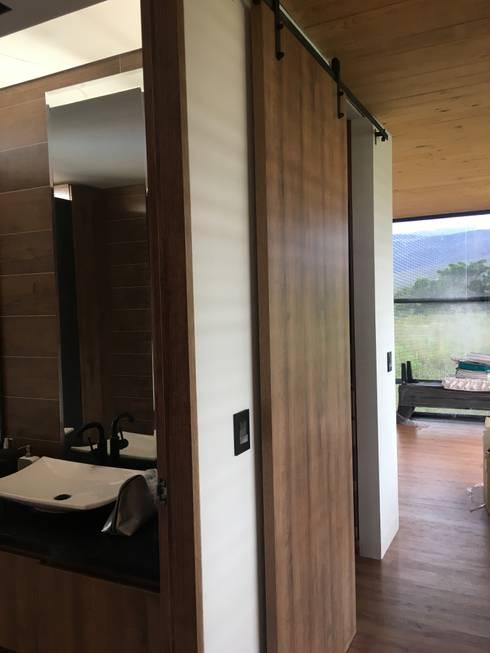 CASA  NORTE DE SANTANDER  VILLA DEL ROSARIO: Puertas y ventanas de estilo industrial por MONICA MARIN MOBILIARIO